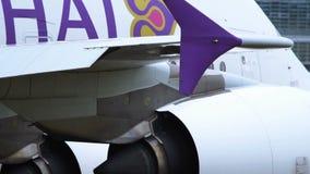 Το ταϊλανδικό airbus εναέριων διαδρόμων A380 ρυμουλκείται στον αερολιμένα της Φρανκφούρτης Αμ Μάιν φιλμ μικρού μήκους