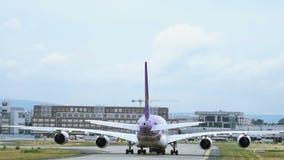 Το ταϊλανδικό airbus εναέριων διαδρόμων A380 ρυμουλκείται στον αερολιμένα της Φρανκφούρτης Αμ Μάιν απόθεμα βίντεο