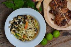 Το ταϊλανδικό SOM Tam Kai Yang ` τροφίμων ` ή papaya η πικάντικη σαλάτα εξυπηρετεί με το ψημένα στη σχάρα κοτόπουλο και το λαχανι Στοκ φωτογραφίες με δικαίωμα ελεύθερης χρήσης