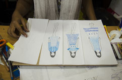 Το ταϊλανδικές στρέθιμο της προσοχής γυναικών σχεδιαστών και η μόδα σχεδίων σχεδίου σε χαρτί για κάνουν τον πίνακα διάθεσης Στοκ φωτογραφίες με δικαίωμα ελεύθερης χρήσης