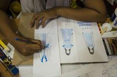 Το ταϊλανδικές στρέθιμο της προσοχής γυναικών σχεδιαστών και η μόδα σχεδίων σχεδίου σε χαρτί για κάνουν τον πίνακα διάθεσης Στοκ φωτογραφία με δικαίωμα ελεύθερης χρήσης