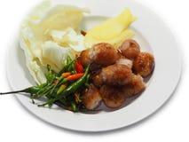 Το ταϊλανδικό βόειο κρέας ή το χοιρινό κρέας βορειοανατολικών λουκάνικων τρώει με την πιπερόριζα τσίλι Στοκ εικόνες με δικαίωμα ελεύθερης χρήσης