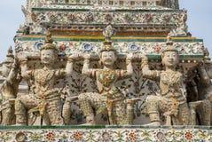 Το ταϊλανδικό γλυπτό αγγέλου φέρνει Stupa στο ναό Wat Arun Στοκ Φωτογραφίες