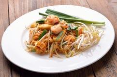 Το ταϊλανδικό μαξιλάρι Ταϊλανδός τροφίμων, ανακατώνει noodles τηγανητών με τις γαρίδες Στοκ φωτογραφία με δικαίωμα ελεύθερης χρήσης