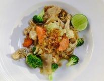 Το ταϊλανδικό πιάτο μαξιλαριών κοτόπουλου ανακατώνει τα τηγανισμένα νουντλς ρυζιού Στοκ εικόνα με δικαίωμα ελεύθερης χρήσης