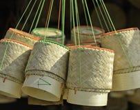 Το ταϊλανδικό χειροποίητο εμπορευματοκιβώτιο μπαμπού για την εκμετάλλευση μαγείρεψε το κολλώδες ρύζι Στοκ εικόνα με δικαίωμα ελεύθερης χρήσης