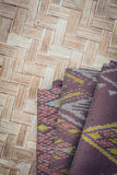 Το ταϊλανδικό ύφος το κλωστοϋφαντουργικό προϊόν που έγινε από το μετάξι από τα βορειοανατολικά, ταϊλανδικά Στοκ εικόνες με δικαίωμα ελεύθερης χρήσης