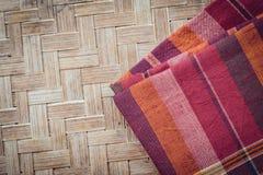 Το ταϊλανδικό ύφος το κλωστοϋφαντουργικό προϊόν που έγινε από το μετάξι από τα βορειοανατολικά, ταϊλανδικά Στοκ Φωτογραφίες