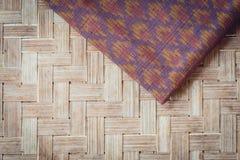 Το ταϊλανδικό ύφος το κλωστοϋφαντουργικό προϊόν που έγινε από το μετάξι από τα βορειοανατολικά, ταϊλανδικά Στοκ Φωτογραφία