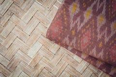 Το ταϊλανδικό ύφος το κλωστοϋφαντουργικό προϊόν που έγινε από το μετάξι από τα βορειοανατολικά, ταϊλανδικά Στοκ Εικόνα