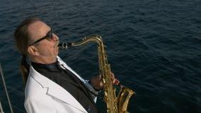 Το ταλαντούχο saxophonist εκτελεί την τζαζ στο γιοτ απόθεμα βίντεο