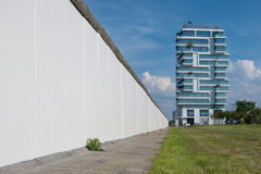 Το τείχος του Βερολίνου και η υψηλή πολυκατοικία ανόδου στη ανατολική πλευρά Στοκ εικόνες με δικαίωμα ελεύθερης χρήσης