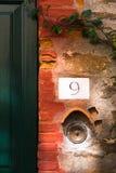 Το τεμάχιο μιας παλαιάς πόρτας και ο τρύγος επιχαλκώνουν το κουδούνι πορτών ως κουμπί Στοκ Εικόνες