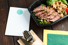 Το τεμαχισμένο βόειο κρέας με διακοσμεί και ντομάτες Στοκ Εικόνες