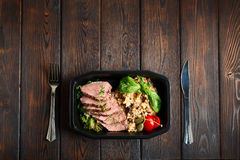 Το τεμαχισμένο βόειο κρέας με διακοσμεί και ντομάτες Στοκ εικόνες με δικαίωμα ελεύθερης χρήσης