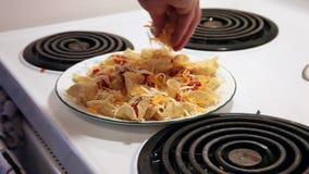 Το τεμαχισμένο τυρί ολοκληρώνει το πιάτο απόθεμα βίντεο