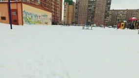 Το τεριέ του Russell γρύλων σκυλιών παίζει τα πορφυρά δαχτυλίδια στο χιόνι φιλμ μικρού μήκους