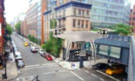 Το τετράγωνο κηφήνων copter με τη κάμερα επιτηρεί τις οδούς πόλεων στοκ φωτογραφίες
