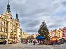 Το τετράγωνο μπροστά από το παλαιό Δημαρχείο στο κέντρο του Παρντουμπίτσε (Δημοκρατία της Τσεχίας) με ένα χριστουγεννιάτικο δέντρ Στοκ Φωτογραφίες