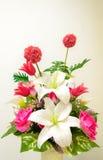 το τεχνητό λουλούδι ανασκόπησης απομόνωσε το λευκό Στοκ Εικόνα