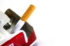 Το τελευταίο τσιγάρο στο πακέτο στοκ εικόνες