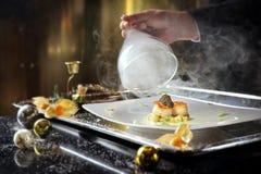 Το τηγάνι τα όστρακα δυτών με το καπνισμένα gnocchi και Oscietr πατατών Στοκ φωτογραφία με δικαίωμα ελεύθερης χρήσης