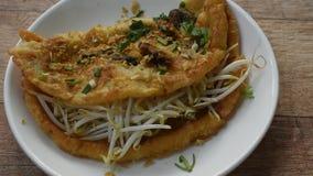 Το τηγανισμένο αυγό γέμισε το μύδι με το σκόρδο καλύμματος νεαρών βλαστών φασολιών και τη σάλτσα τσίλι σαλτσών στο πιάτο απόθεμα βίντεο