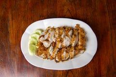Το τηγανισμένο κοτόπουλο σε ένα πιάτο με το αγγούρι στοκ φωτογραφία