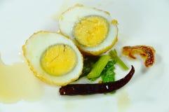 Το τηγανισμένο μισό αυγών έκοψε tamarind επιδέσμου το γλυκό τσίλι καλύμματος σάλτσας στο πιάτο Στοκ φωτογραφία με δικαίωμα ελεύθερης χρήσης