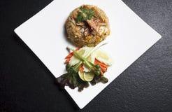 Το τηγανισμένο ρύζι Ασιάτης ανακατώνει chopsticks κρεμμυδιών τα ταϊλανδικά τρόφιμα κοτόπουλου Στοκ φωτογραφία με δικαίωμα ελεύθερης χρήσης