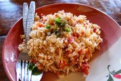 Το τηγανισμένο ρύζι με το παστωμένο χοιρινό κρέας έβαλε τα αυγά και τα φυλλώδη πράσινα λαχανικά είναι οι περισσότεροι άνθρωποι τρ στοκ φωτογραφία