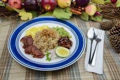 Το τηγανισμένο ρύζι με τις γαρίδες κολλά τα ταϊλανδικά τρόφιμα Στοκ Εικόνες