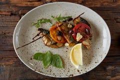 Το τηγανισμένο σκουμπρί με τα λαχανικά Ρηχό DOF στοκ εικόνα με δικαίωμα ελεύθερης χρήσης