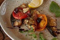 Το τηγανισμένο σκουμπρί με τα λαχανικά Ρηχό DOF στοκ εικόνες