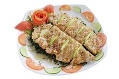 Το τηγανισμένο τριζάτο κοτόπουλο με τη σάλτσα ασβέστη απομονώνει στο άσπρο υπόβαθρο Στοκ Εικόνα
