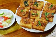 Το τηγανισμένο ψωμί με το χοιρινό κρέας μπριζολών που διαδίδεται τρώει το ζεύγος με την παστωμένη φυτική σάλτσα Στοκ Φωτογραφία