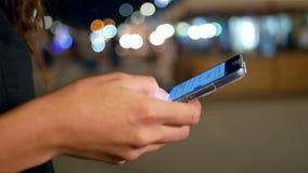 Το τηλέφωνο χεριών ανάβει την οδό απόθεμα βίντεο