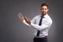 το τηλέφωνο ατόμων του που εμφανίζει νεολαίες Στοκ φωτογραφίες με δικαίωμα ελεύθερης χρήσης