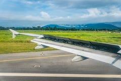 Το τη φτερό των αεροσκαφών με τα χτυπήματα ανοικτά κατά προσγείωση για τη στάση στοκ φωτογραφία με δικαίωμα ελεύθερης χρήσης