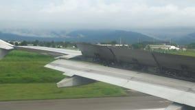 Το τη φτερό των αεροσκαφών με τα χτυπήματα ανοικτά κατά προσγείωση για τη στάση απόθεμα βίντεο