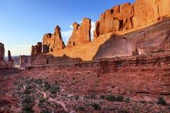 Το τμήμα λεωφόρων πάρκων σχηματίζει αψίδα το εθνικό πάρκο Moab Γιούτα Στοκ Εικόνα