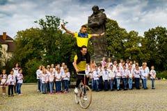 Το τμήμα σπουδαστών της καλλιτεχνικής ανακύκλωσης παρουσιάζει ακροβατικές επιδείξεις Στοκ Εικόνες