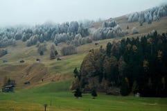 Το τοπίο άποψης και ο γεωργικός τομέας με το βουνό ορών στο Μπολτζάνο ή στην Ιταλία Στοκ Εικόνες