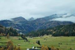Το τοπίο άποψης και ο γεωργικός τομέας με το βουνό ορών στο Μπολτζάνο ή στην Ιταλία Στοκ Εικόνα