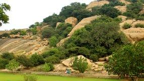 Το τοπίο λόφων του sittanavasal ναού σπηλιών σύνθετου στοκ εικόνα