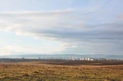 Το τοπίο με εξετάζει την πόλη Drohobych από μακρυά, δυτική Ουκρανία Κατοικήσιμη περιοχή και βιομηχανική περιοχή στο πρώτο πλάνο,  Στοκ Εικόνες