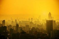Το τοπίο με τους ουρανοξύστες, το ψηλά επιχειρησιακό κτήριο και τα διαμερίσματα είναι υψηλή πυκνότητα, είναι μια όμορφη εικονική  στοκ εικόνα