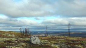Το τοπίο με tundra φθινοπώρου, την πέτρα και βόρειο χαμηλού να ορμήξει σημύδων και καλύπτει φιλμ μικρού μήκους
