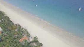 Το τοπίο προσφεύγει άνωθεν παραλία και σκάφη που επιπλέουν στην μπλε θάλασσα Άνθρωποι τουριστών που κολυμπούν στη θάλασσα και που απόθεμα βίντεο