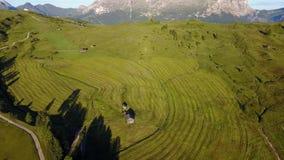 Το τοπίο στην ομάδα βουνών κάλεσε Marmolada κατά τη διάρκεια του καλοκαιριού και των πράσινων λιβαδιών φιλμ μικρού μήκους